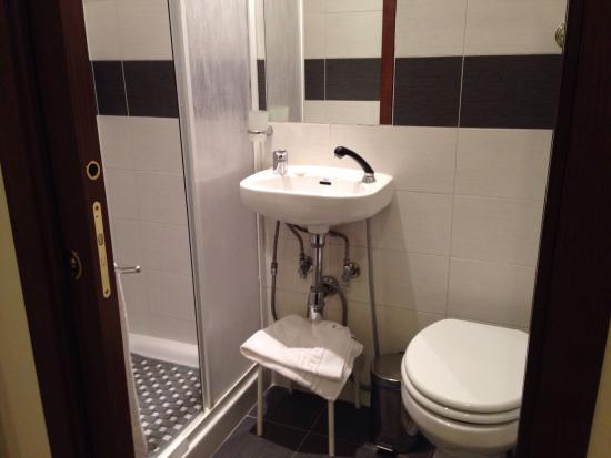 That's Rome: Tiny bathroom