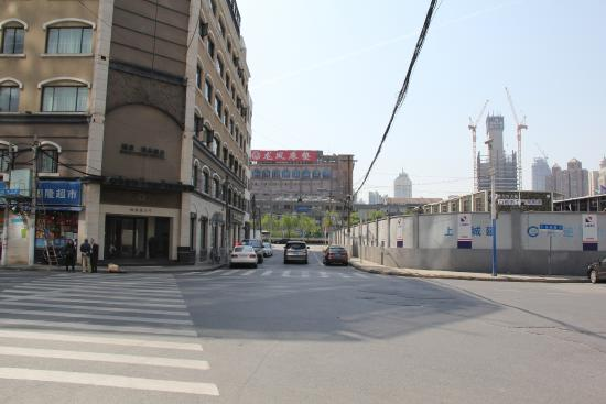Rhea Boutique Hotel Shanghai Railway Station: Building site across the street