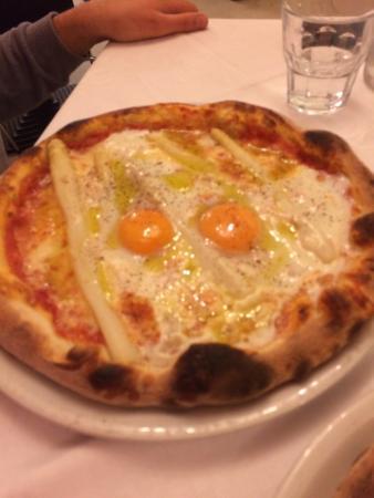 Pizzeria La Gogna: Pizza poco tirata asparagi freschi e uova