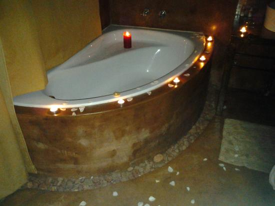 African Silhouette Guesthouse: Romantic Bath