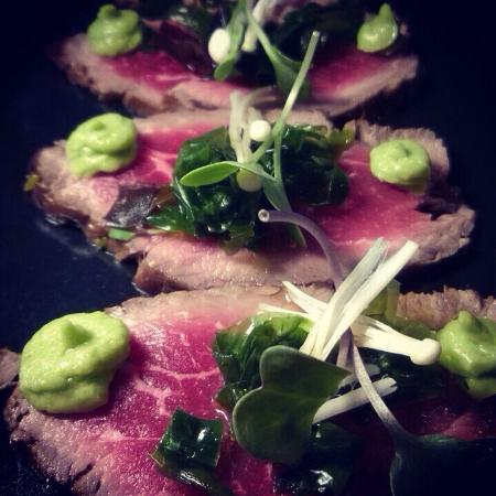 Cera 23: Tataki de solomillo de buey con ensalada de algas, setas enoki y aguacate