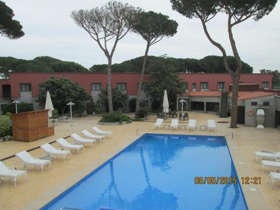 Salles Hotel Aeroport Girona: The view of the pool from our room