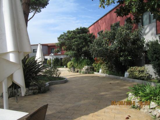 Salles Hotel Aeroport Girona: Garden at the Hotel Salles