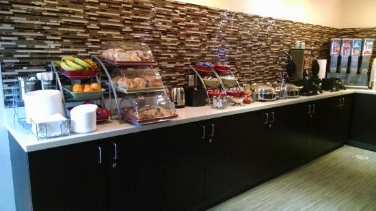 Hawthorn Suites by Wyndham Cincinnati: Hot breakfast and/or cereal complimentary every morning!