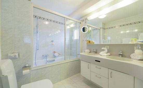Thermalhotels & Walliser Alpentherme Leukerbad: Badezimmer Panoramasuite