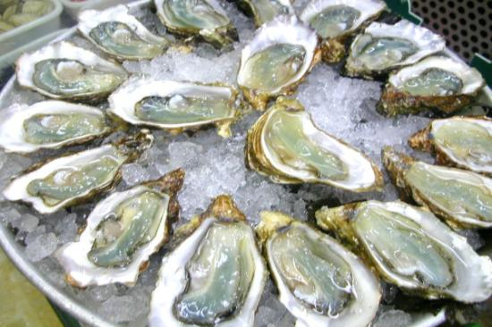 Pearl Bistro & Oyster Bar: Great oyster happy hour shuck for a buck.