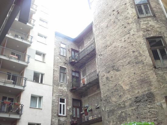 โรงแรมโลคัสท์ทรีอพาร์ตเมนต์ส: the view from balcony