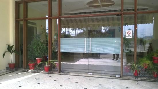 Hotel Presidency: Hotel entrance !!