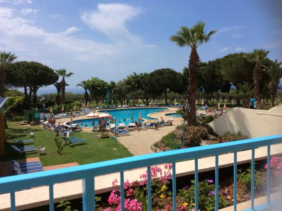 Piscine vue de la terrasse picture of club alicudi hotel for Club de piscine