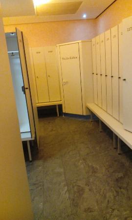 umkleide in der sauna bild von spa familien resort rupertus therme bad reichenhall. Black Bedroom Furniture Sets. Home Design Ideas