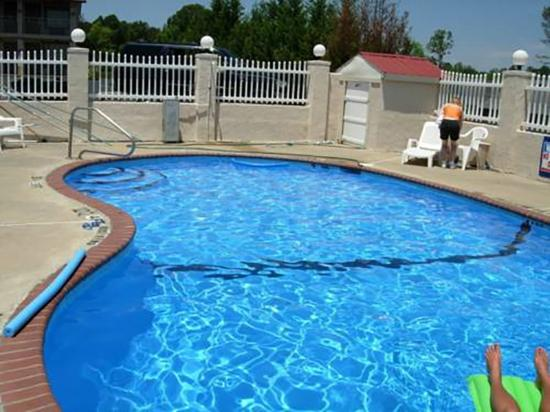 America's Best Inn - Calhoun: Pool