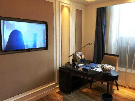 Dayhello Hotel: work desk and TV at the living room