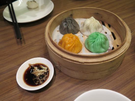 Crystal Jade La Mian Xiao Long Bao (Suntec City) : The colorful xiao long bao!
