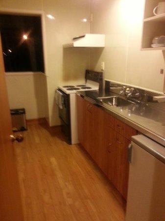 Airport Gateway Motor Lodge: kitchen
