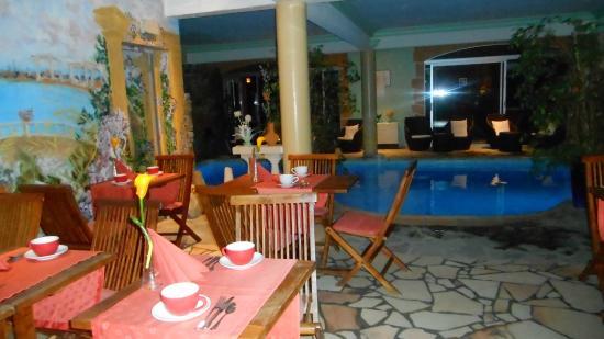 Hostellerie des Criquets : salle de petit déjeuner