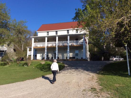 The Queen's Inn: Front view of Queens Lands. Love the veranda and balcony!