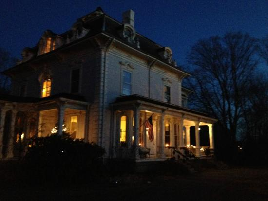 Proctor Mansion Inn: The Inn at dusk