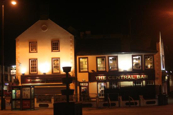 The Central Bar: At night.