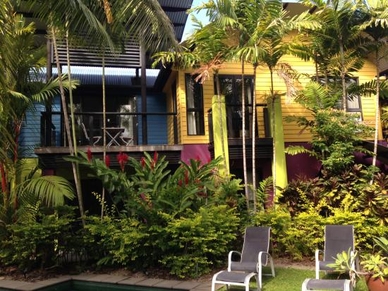 Dreamcatcher Holiday Apartments: The entire building is brightly colored inside and out, an instant mood booster!