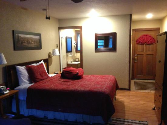 Rio Villa Beach Resort: Queen-size bed in unit #8