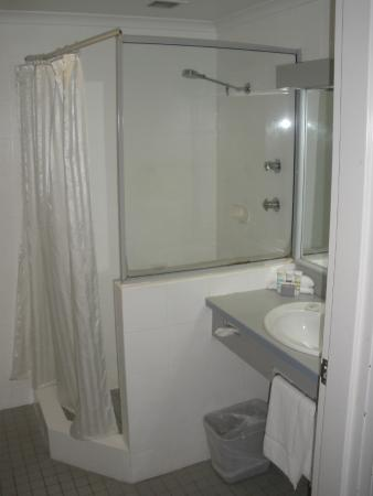 Mercure Penrith : Large Bathroom