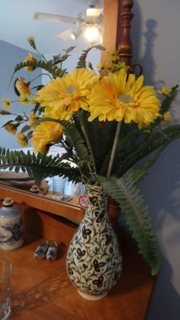 A Tout Venant B&B et Massotherapie: Loved these cheerful flowers in the Blueberry room