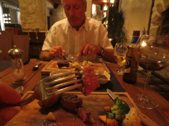Avlu Bistro & Bar: Medium to Rare steak perfect.
