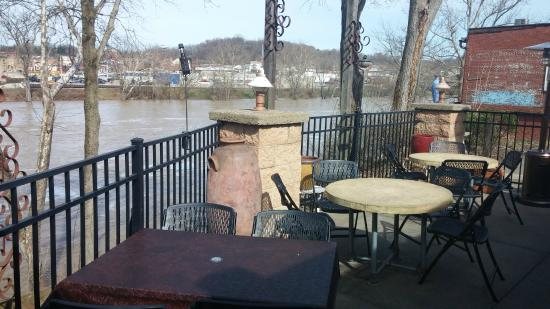 Muddy Misers Cool River Cafe: Muddy Miser's Outdoor Patio