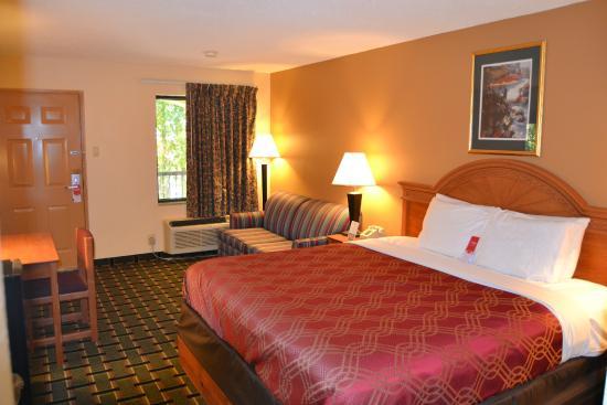 Econo Lodge Dalton: King Bedroom