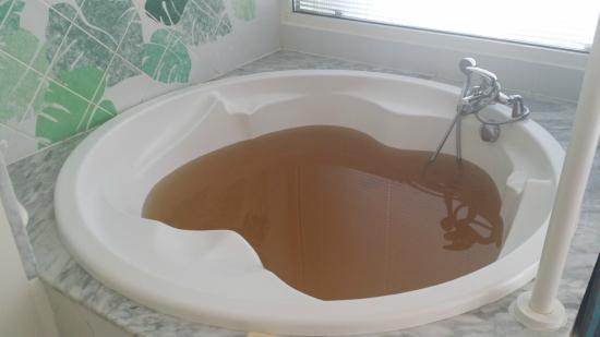 Le Domaine Beach Resort & Spa: brown water then faucet broke