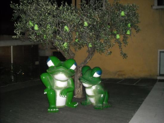 Hotel Astoria: Frog Garden