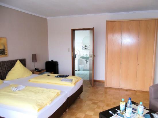 Strandhotel Najade: Bettenbereich mit Zugang zum Bad