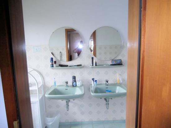 großes badezimmer mit 2 waschbecken, dusche, wc - picture of, Hause ideen