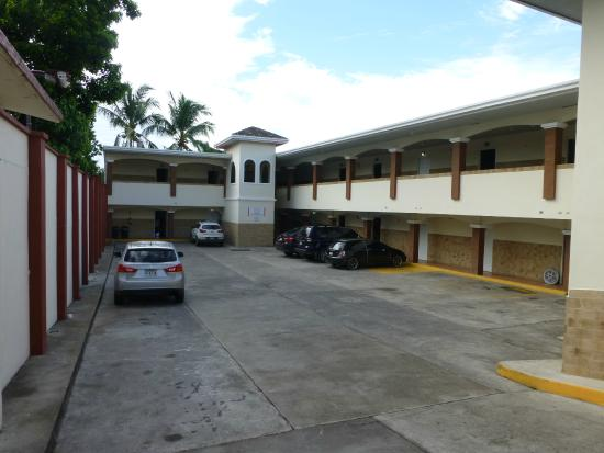 Hotel Residencial Obaldia: The parking lot. Clean, secure, and safe