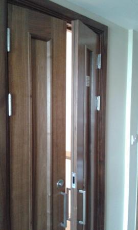 London Marriott Hotel Twickenham : door to Narnia