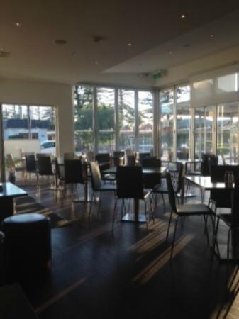 Mediterranean Cafe Ristorante: Interior looking outside