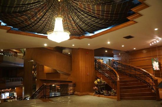 Lotus Hotel: Le très bel escalier menant au restaurant