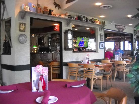 Bob's Bar n' Grill: Small part of the dining room.