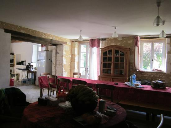 Festalemps, Francia: Grande salle a manger avec une table en propotion de la capacité d accueil