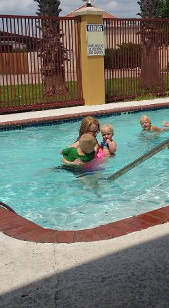 Quality Inn Bastrop: Pool with the kids