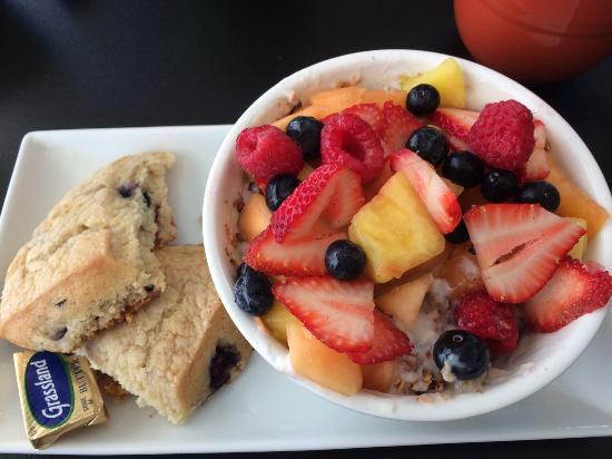 Chef's Hat Cafe: granola/yogurt