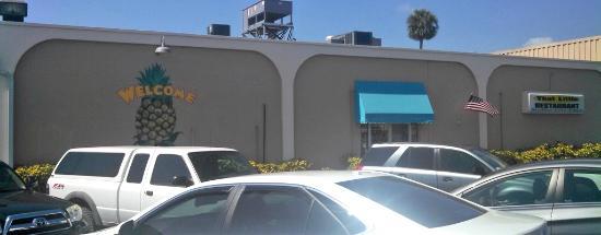 That Little Restaurant: Left side of Bldg, side entrance with some parking
