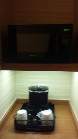 Fairfield Inn & Suites Baltimore White Marsh: microwave and coffee maker