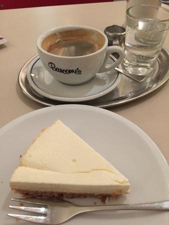 Barcomi's Kaffeerösterei: MYチーズケーキ&コーヒー(ガス入りのお水付き)