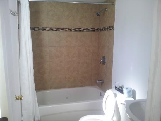 America's Best Inn & Suites: Bath