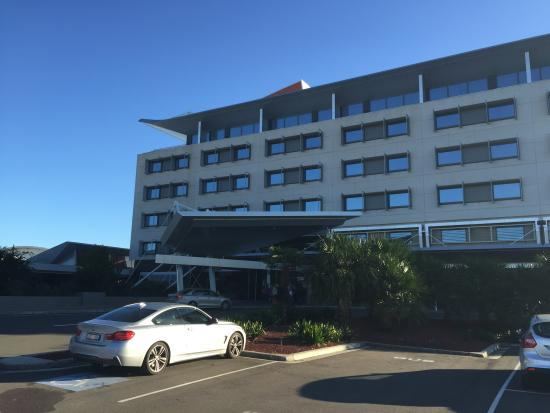 Mercure Sydney Liverpool: Hotel front looking from carpark area