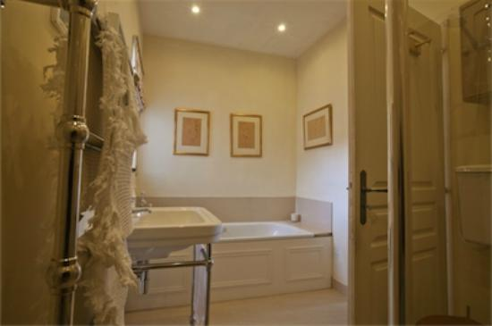Saint-Vincent-de-Pertignas, Γαλλία: Ensuite bathroom for Master Bedroom with bath and walk in shower