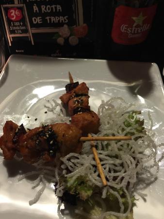 Origami Sushi Bar: espetada de frango com molho teriaki.