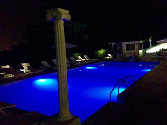 B&B N.1: Swimmingpool by night