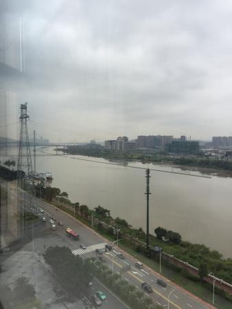 The Westin Fuzhou Minjiang: The hotel is great for business travelers.  The room 1212 has awesome view and neat!